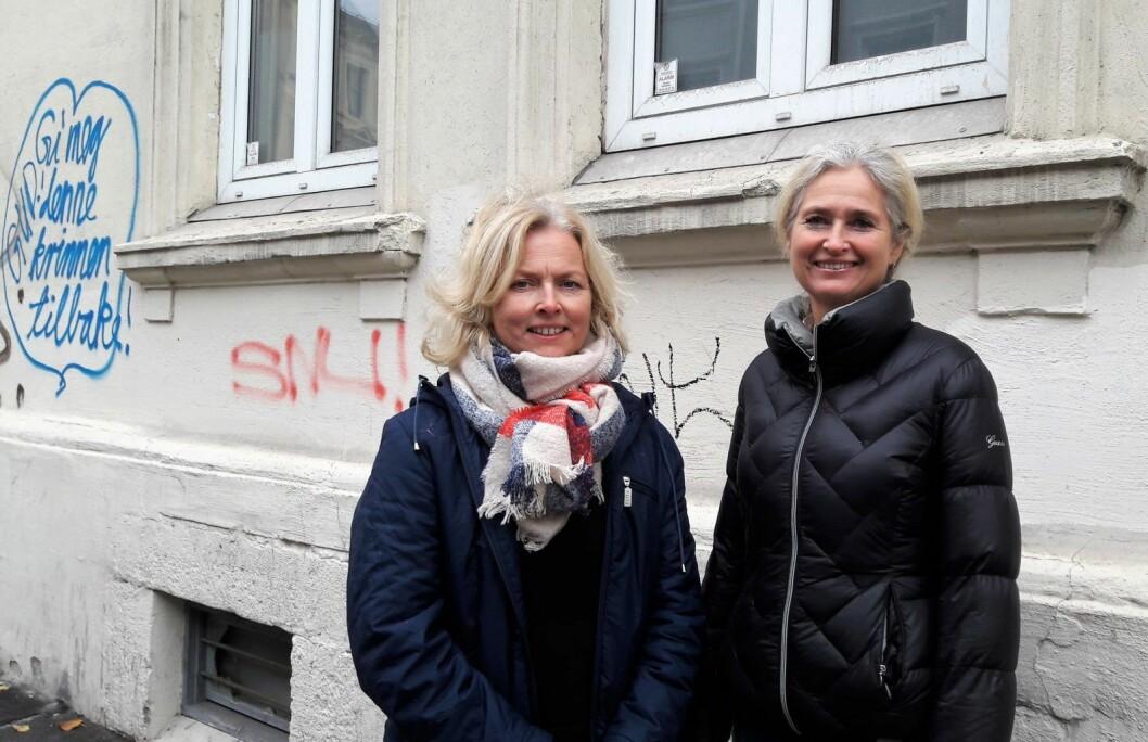 Hilde Viker Berntsen (tv) og Elin Hallberg fra prosjektet Murbyen Oslo vil hjelpe gårdeierne med å gjøre de riktige valgene ved oppussing og restaurering. Foto: Anders Høilund