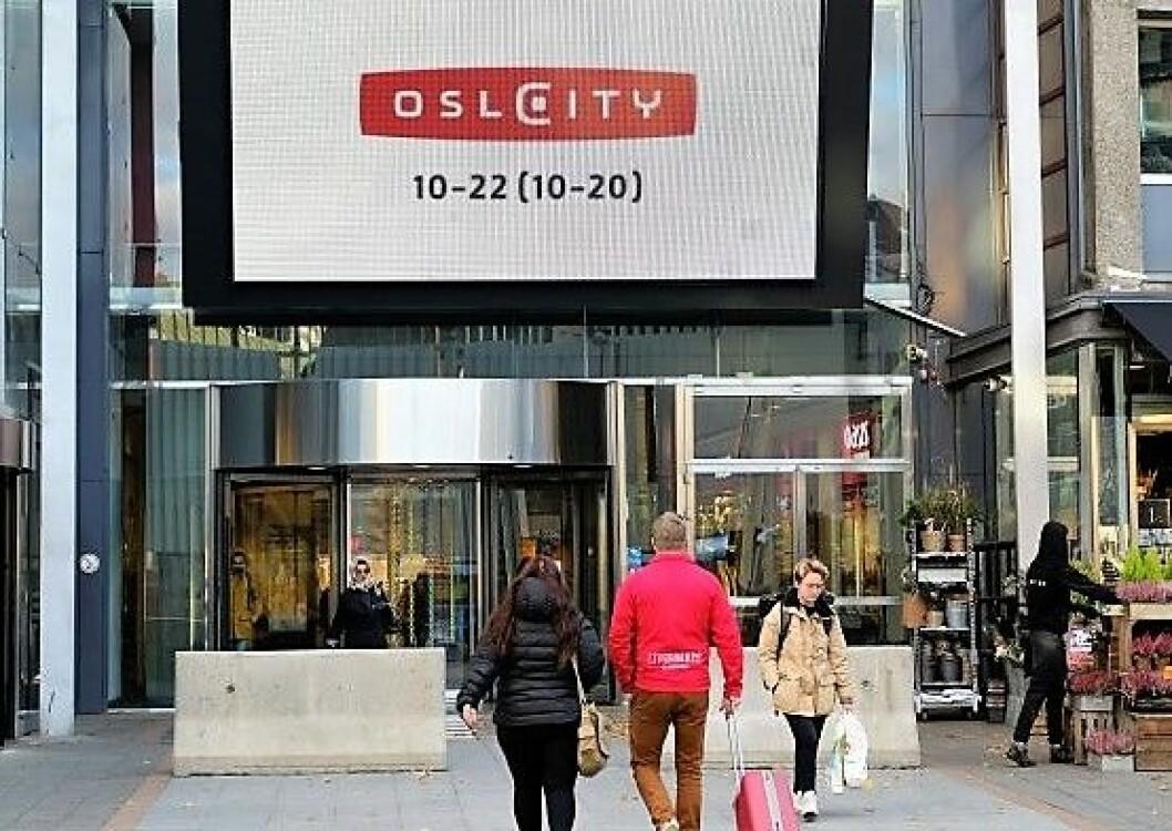 Oslo City har mest sannsynlig satt opp denne terrorsikringen utenfor kjøpesenteret uten nødvendig tillatelse. Foto: Christian Boger