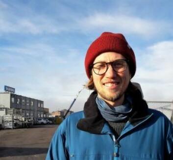 Espen Hagen håper at brua får stå og at de som bor på Sørenga slipper å gå rundt Bispevika for å komme til tog og trikk. Foto: Anders Høilund