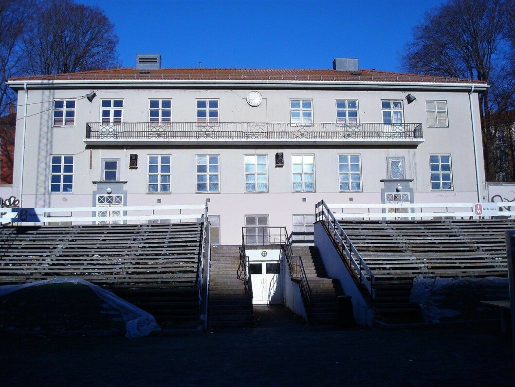 Det gamle klubbhuset på Dælenenga vil bli revet for å gi plass til ny flerbrukshall, om bystyret får det som de vil. Foto: Ole Anders Flatmo / Wikimedia Commons