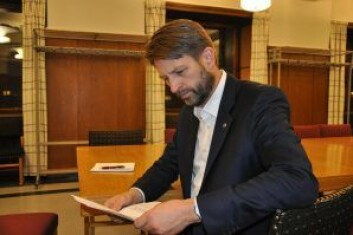 Høyres gruppeleder Eirik Lae Solberg studerer forslagene partiet fremmer for bystyret. Foto: Arnsten Linstad