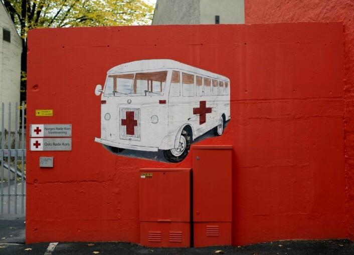 Nederst til venstre på veggen har det i flere år vært malt en ambulanse. Foto: Merethe Ruud