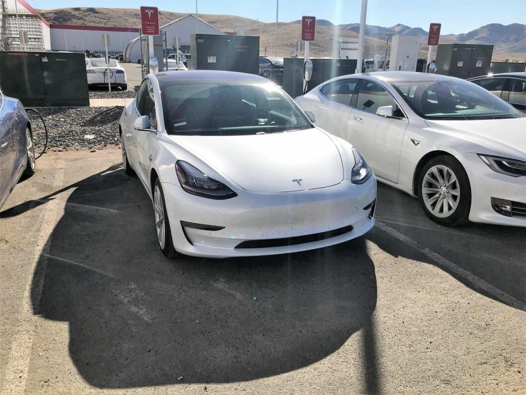Den nye Tesla Model 3 er nå på veiene. Trolig har så mange som 40000 nordmenn bestilt den elektriske bilen. Batteriene er produsert på Gigafactory 1 i Nevada. Foto: Max Rognlien Elgvin