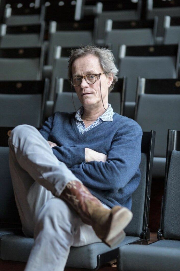 Jørgen Roll har tatt plass i Lille sal med sine nye cowboy-boots. Foto: Stig Jensen