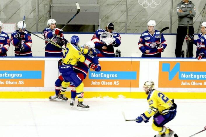 Det er alltid trøkk i kampene mellom VIF hockey og Storhamar. Foto: Atle Enersen