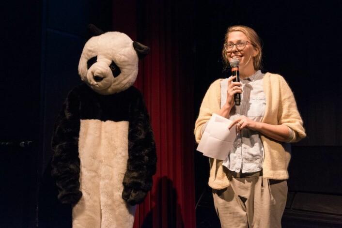 Heidi Palm Sandberg er strålende fornøyd med barneprogrammet på årets festival. Her er hun sammen med en ikke navngitt panda. Foto: Bødvar Hole