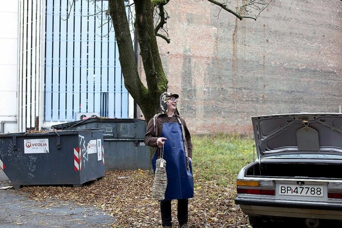Magnus Thorvik med selvlaget pølse i bakgården på Prindsen. Foto: Nadin Elisabeth Martinuzzi