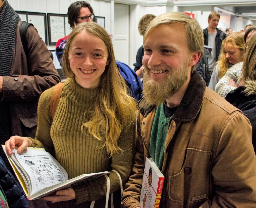 Frøya Torjussen Kulset og Ask Steinkjær Eide var godt innenfor de 60 fansene som fikk møte Don Rosa. Derfor store smil. Foto: Morten Lauveng Jørgensen