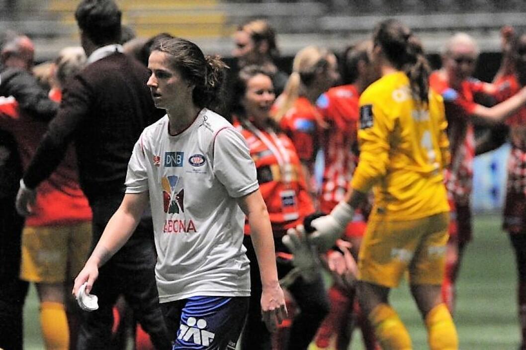 Vålerenga-jentene gikk skuffet av banen etter tapet mot Avaldsnes i lørdagens cupfinale. Foto: Morten Lauveng Jørgensen
