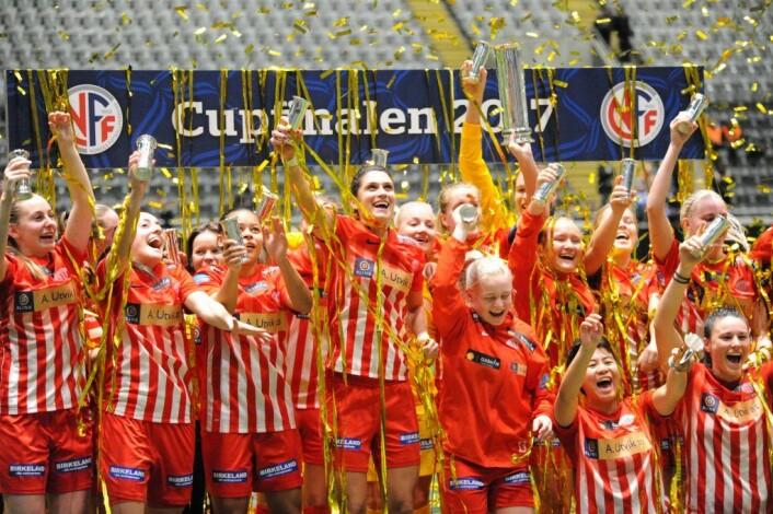 Jentene fra Avaldsnes kunne juble over seier og kongepokal lørdag kveld. Foto: Morten Lauveng Jørgensen