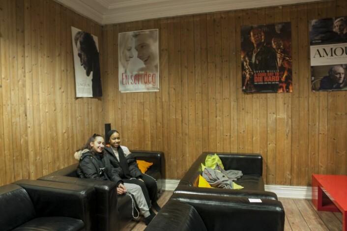 Jenter i kinosalen på Sportsklubben Sterling. Foto: Anna Carlsson