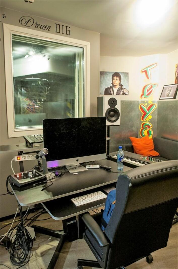 Studioet i kjelleren på Sportsklubben er et sted hvor ungdom får uttrykke seg selv lyrisk og musikalsk. Foto: Anna Carlsson