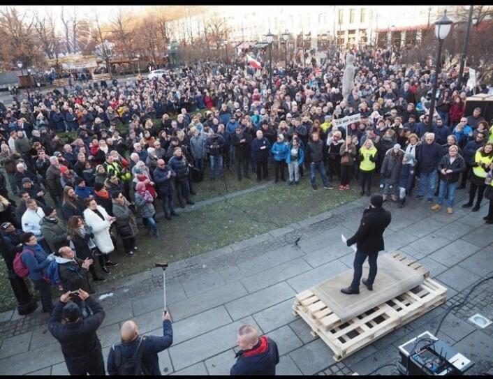 Et sted mellom 1500 og 2000 mennesker samlet seg foran Stortinget. Foto: Cecilie Lyngby