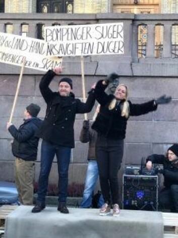 """""""JA til miljø, NEI til økning av bompenger!"""" ønsker folkeavstemning om bompenger i Oslo. Foto: Cecilie Lyngby"""