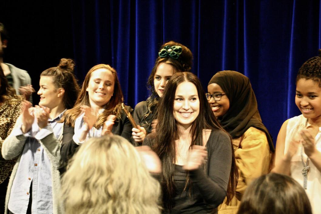 """Stine Sandnes (foran med mørkt hår) sin første teaterforestilling, """"Kvinnemonologene"""", har gått for fulle hus. Foto: Eli van der Eynden"""