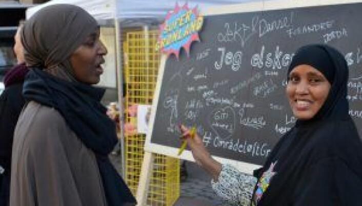 Fra Internasjonal Torgdag på Tøyen, med ildsjelene Faisa Warsame (t.v) og Arifi Mohamoud Ali.
