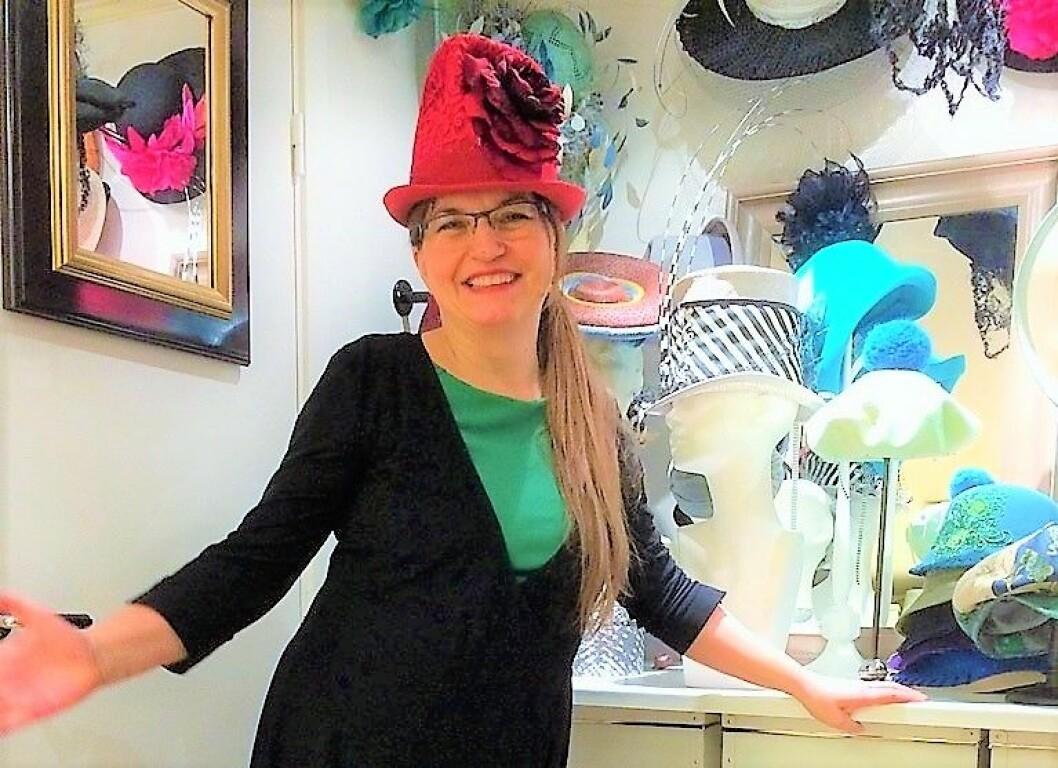 Hatte-Mona Strand viser frem en av hennes kreasjoner i butikken Mona Strand Hatter og Hodebekledning på kulturfesten i går kveld. Foto: Inger-Mari Nebbenes