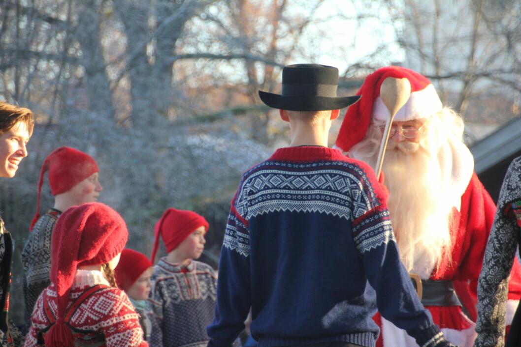 Julenissen tok seg en tur til Norsk folkemuseum igjen i år. Eller er det her han bor? Foto: Hans Magnus Borge
