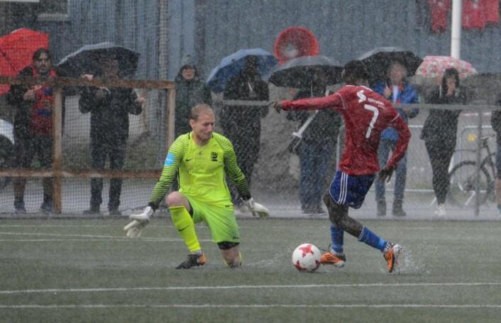 Fotball i Norge spilles i all slags vær. Hassan Yusuf avgjør lokaloppgjøret mot Kjelsås høsten 2017, etter et 50 meters sololøp i styrtregnet. Foto: Anders Vindegg