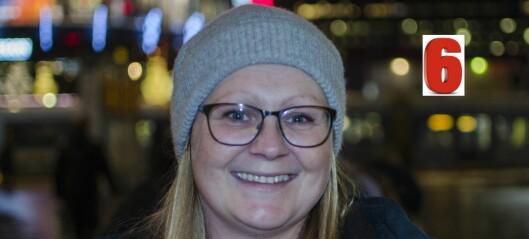 Hver onsdag står hun på Jernbanetorget og deler ut varm mat og drikke, klær, sko og soveposer til byens hjemløse