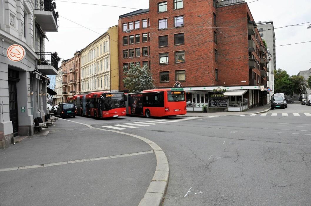 Ifølge Ruters planer vil halvparten av dette fortauet i krysset Frognerveien/Skovveien fjernes for å gi plass til ny trase for briskebytrikken. Foto: Arnsten Linstad