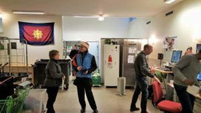 Daglig leder Irene Mathisen slår av en prat med Rune Aale-Hansen i bakrommet på slumstasjonen i dag tidlig. Foto: Tarjei Kidd Olsen
