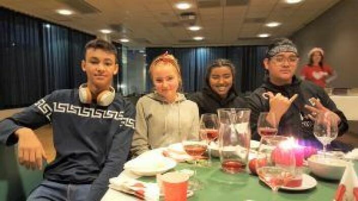 André Claxton-Berge (15), Olivia Heymanns (14), Rebecca Siddharthan (17) og Tristan Troy Rasay (19) kunne glede seg over TINEs pengegave til Røde Kors' DJ-skole, som de er med i. Foto: Tarjei Kidd Olsen