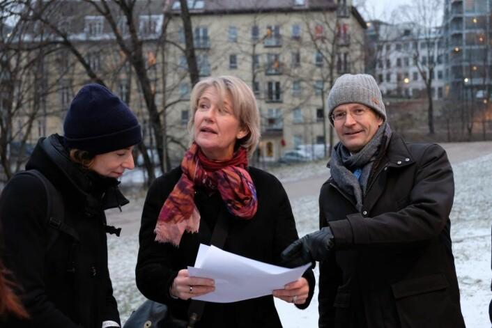 Sunniva Holmås Eidsvoll, Eline Rolles Friis og Peder Chr. Løvenskiold ser på tegninger av den nye broa. Foto: Morten Lauveng Jørgensen