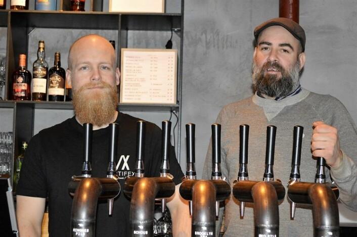 Barsjef Benjamin Håland (t.v.) og øl-ansvarlig Terje Wiese foran tappekranene på Håndslag. Her vil det komme nytt øl hver måned. Foto: Maria Ludvigsen