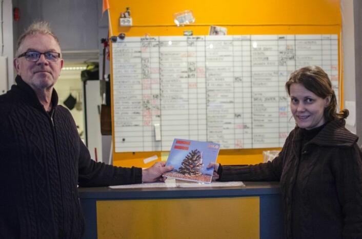 Redaktør Lars Aarønæs og journalist Kari Bu er to av dem som har laget årets Erlik årbok. Foto: Morten Lauveng Jørgensen