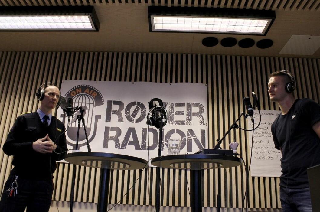 På Røverradion kan innsatte fortelle til folk i og utenfor fengsel om soningsforholdene.  Øyvind Alnæs (f.v.) og Oscar. Foto: Røverhuset