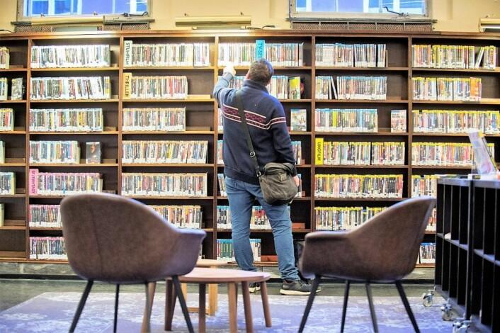 Lånetaker på Deichmanske ser på DVD-samlingen. Foto: Christian Clausen