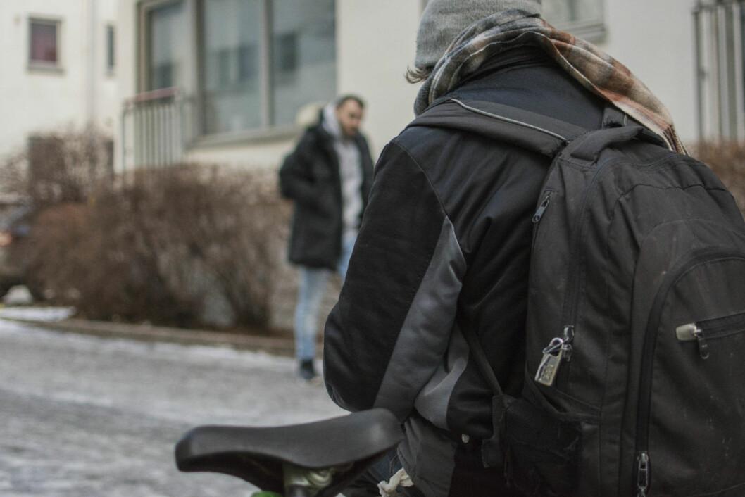 Patrick har fylt sykkelstyret med tingene sine. Foto: Morten Lauveng Jørgensen