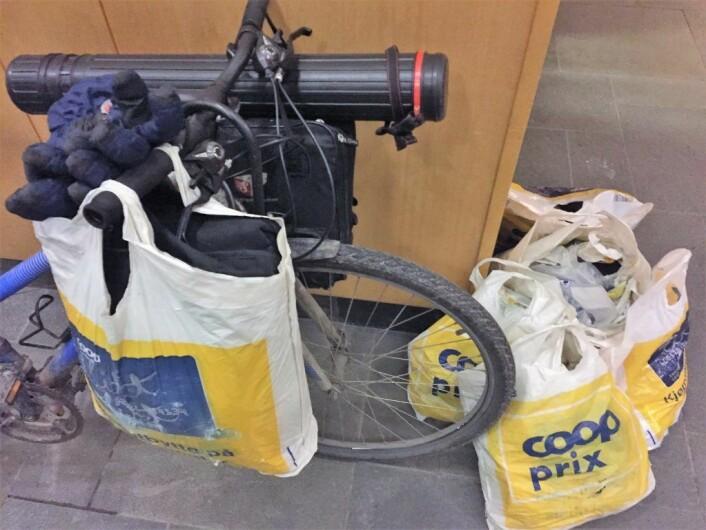 Eiendelene til Patrick er samlet i disse posene. Gjenstandene i hans tidligere leilighet klarer han ikke hente. Foto: Vegard Velle