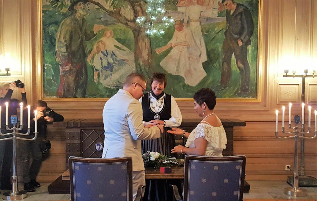I dag ble Divina Soto og Tommy Signal de første som giftet seg i Rådhuset etter at kommunen tok over ansvaret for vigsler. Foto: Tarjei Kidd Olsen
