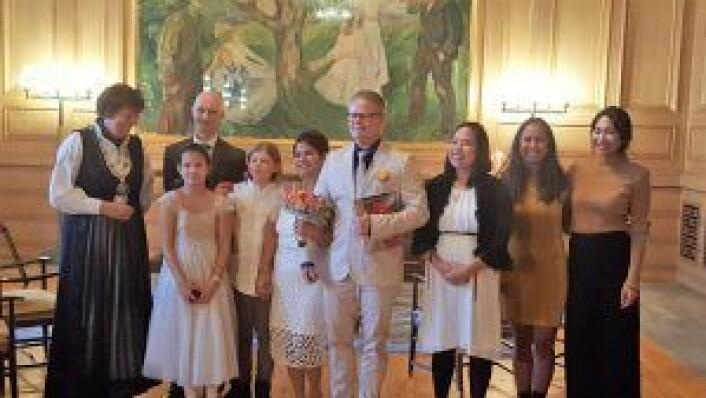 Divina Soto og Tommy Signal stilte opp til fotografering med familie og ordfører når ekteskapet var et faktum. Foto: Tarjei Kidd Olsen