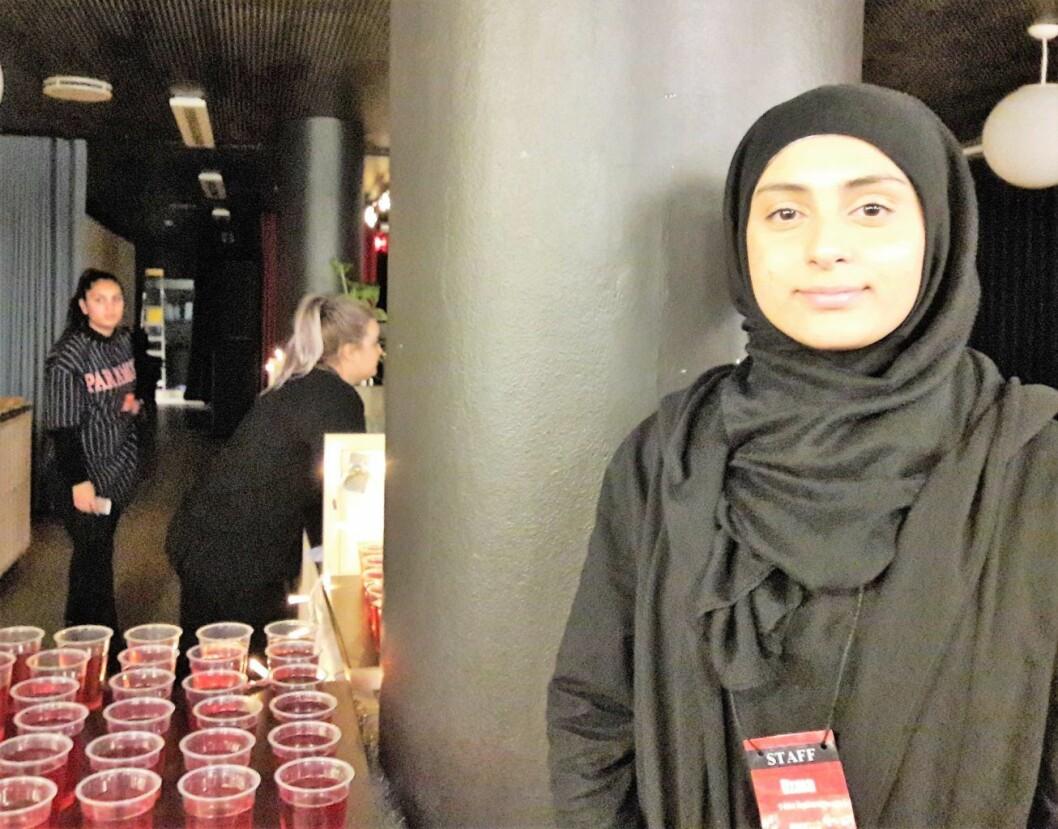 Leder for T-Town Ungdommer, Ozma Hussain, åpnet i går den nye ungdomskafeen på Tøyen. Foto: Anders Høilund