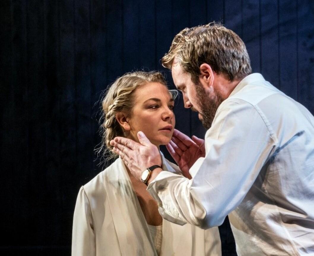 Teaterstykket Fortrolige samtaler er et nakent teaterstykke med sterke dialoger. Foto: Erik Berg / Nationaltheatret