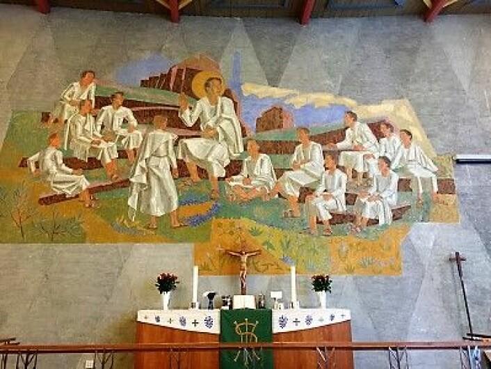 Atlertavlen I Tonsen Kirke er malt av den lokale kunstneren Kåre Jonsborg og viser Jesus som foreleser for sine disipler. Foto: Kjersti Opstad