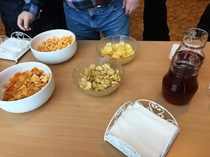 Det var en folkelig meny på kirkekaffe i Tonsen kirke. I tillegg til kaffen kunne man både finne rød saft, småkaker og potetgull. Foto: Kjersti Opstad