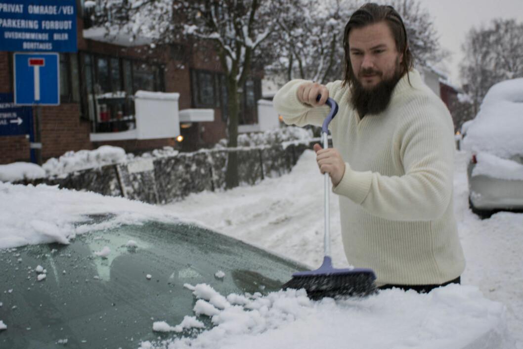Simon Årthun koster bilen. Foto: Morten Lauveng Jørgensen