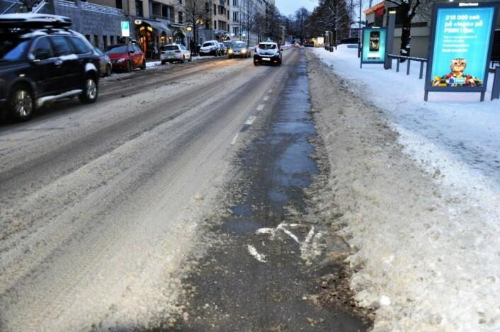 Sykkelfeltet langs Middelthuns gate er brøytet, børstet og saltet mens snøen ligger både på fortauet og i veibanen. Foto: Arnsten Linstad