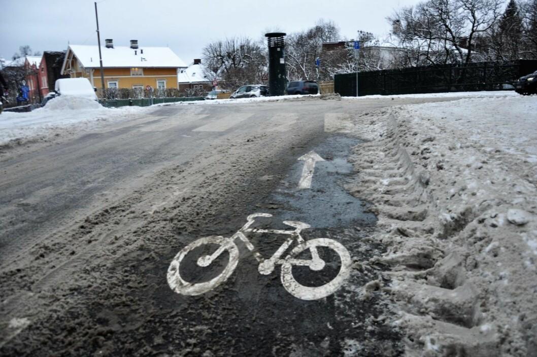 Ett døgn etter snøfall er sykkelvei i Professor Dahls gate er ryddet mens snøen ligger på fortauet. Foto: Arnsten Linstad