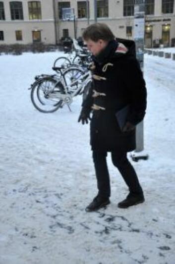 Utenfor Majorstua skole viser Ola T. Kvisgaard at det ligger løs snø over speilblank is. Foto: Arnsten Linstad