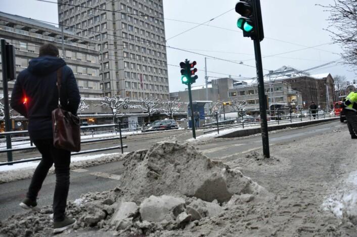 Snøhaug sperrer adgang til fotgjengerfelt ved Solli plass. Bildet er tatt over ett døgn etter snøfall i Oslo. Foto: Arnsten Linstadsperrer adgang til fotgjengerfelt ved Solli plass. Bildet er tatt over ett døgn etter snøfall i Oslo. Foto: Arnsten Linstad