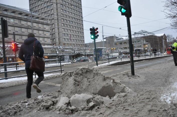 Fotgjengere må ut i veien ved Solli plass fordi snøhaug stenger adgang til fotgjengerfeltet. Bildet er tatt over ett døgn etter snøfall i Oslo sist fredag. Foto: Arnsten Linstad