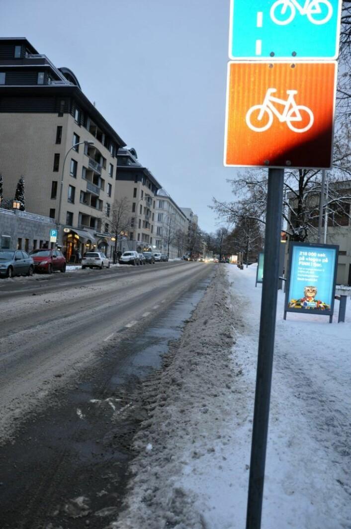 I Middelthuns gate forbi Frognerbadet er sykkelveien brøytet, børstet og saltet mens snøen er lempet opp til fotgjengerne som må gå mellom reklameskilt og brøytekanten på fortauet.Foto: Arnsten Linstad