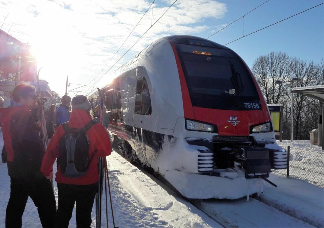 Turfolket har oppdaget Tøyen stasjon i vinter. Perrongen på Tøyen stasjon er pakket med forventningsfulle skiløpere. Foto: Anders Høilund