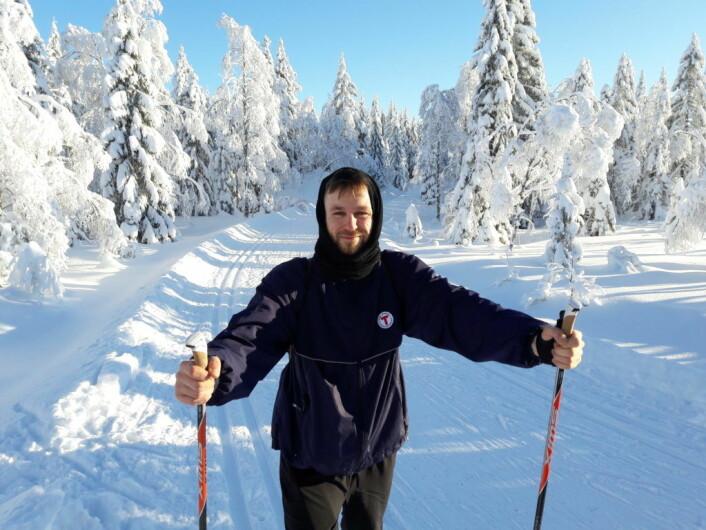 Bitt av skibasillen. Nikolay Næss tok Gjøvikbanen for å komme seg ut på ski i helga. Foto: Anders Høilund