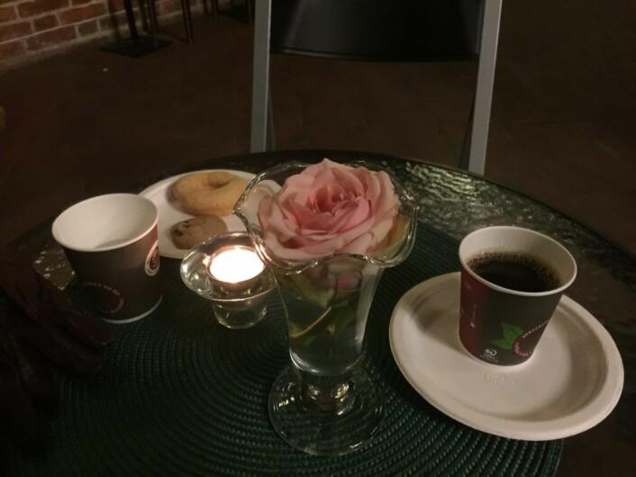 – Jeg begynner å bli god på kirkekaffe nå. Foto: Kjersti Opstad